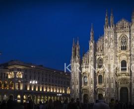 Paesaggio notturno di piazza Duomo a Milano, Italia.