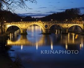 Paesaggio notturno del fiume Tevere e il Ponte Sisto a Roma.