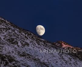 Paesaggio invernale con la luna a St Moritz in Svizzera